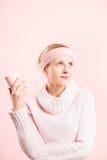 Definition för kick för rolig bakgrund för kvinnastående rosa verkligt folk royaltyfria foton