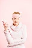 Definition för kick för rolig bakgrund för kvinnastående rosa verkligt folk royaltyfria bilder
