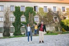 Lyckliga unga familj-, fader- och moderuppehällesons händer utomhus Arkivfoton