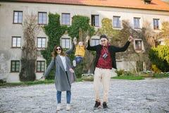 Lyckliga unga familj-, fader- och moderuppehällesons händer utomhus Arkivbilder
