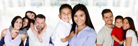 Lyckliga unga familjer fotografering för bildbyråer