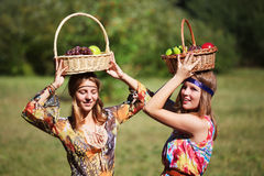 Lyckliga unga flickor med en fruktkorg Royaltyfri Fotografi