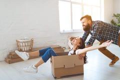 Lyckliga unga gift parflyttningar till den nya lägenheten arkivfoton