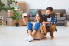 Lyckliga unga gift parflyttningar till den nya lägenheten arkivbilder