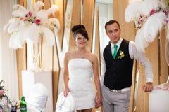 Lyckliga unga härliga stilfulla par på bakgrunden gör grön garen Royaltyfria Bilder