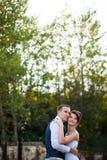 Lyckliga unga härliga stilfulla par på bakgrunden gör grön garen Royaltyfri Foto