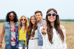 Lyckliga unga hippievänner som utomhus visar fred Royaltyfri Fotografi