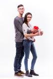 Lyckliga unga hipsterpar med gåva som isoleras på en vit bakgrund Royaltyfri Bild