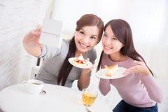 Lyckliga unga kvinnliga vänner Royaltyfri Foto