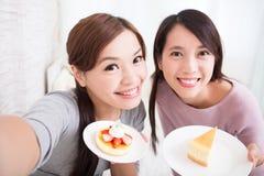 Lyckliga unga kvinnliga vänner Arkivbild