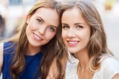 Lyckliga unga kvinnor eller tonårs- flickor Royaltyfri Bild