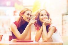Lyckliga unga kvinnor eller tonårs- flickor med minnestavlaPC Royaltyfria Foton