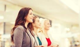 Lyckliga unga kvinnor i galleria eller affärsmitt Royaltyfria Bilder