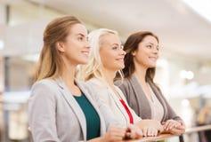 Lyckliga unga kvinnor i galleria eller affärsmitt Royaltyfria Foton