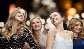 Lyckliga unga kvinnor som dansar över nattljus Arkivbilder