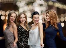 Lyckliga unga kvinnor som dansar över nattljus Royaltyfri Foto