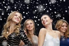 Lyckliga unga kvinnor som dansar över snö Arkivfoton