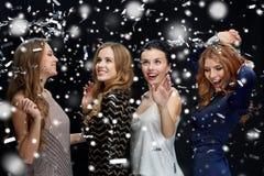 Lyckliga unga kvinnor som dansar över snö Royaltyfria Foton