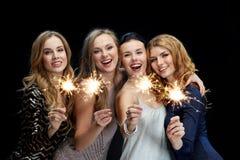 Lyckliga unga kvinnor som dansar på nattklubbdiskot Royaltyfria Foton