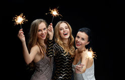 Lyckliga unga kvinnor som dansar på nattklubbdiskot Royaltyfria Bilder