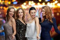 Lyckliga unga kvinnor som dansar på nattklubbdiskot Royaltyfri Fotografi