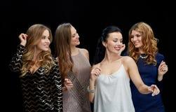Lyckliga unga kvinnor som dansar på nattklubbdiskot Arkivfoton