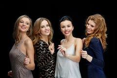 Lyckliga unga kvinnor som dansar på nattklubbdiskot Fotografering för Bildbyråer