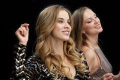 Lyckliga unga kvinnor som dansar på nattklubbdiskot Arkivbild