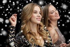 Lyckliga unga kvinnor som dansar på nattklubbdiskot Royaltyfri Foto