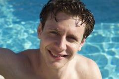 Lyckliga unga män i simbassängen Arkivbilder
