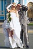 Lyckliga unga nygift personpar Royaltyfri Foto
