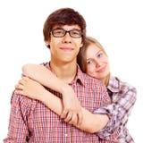 Lyckliga unga par över white Arkivbilder