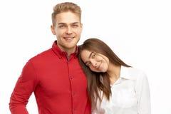 Lyckliga unga par, härlig flicka som ligger på hennes pojkväns skuldra royaltyfri foto