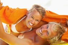Lyckliga unga par på stranden Arkivfoton