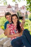 Lyckliga unga par som fotograferar sig Royaltyfri Foto
