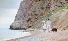 Lyckliga unga par som har strandgyckel på ferier för semesterbröllopsresalopp arkivbild