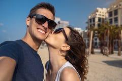 Lyckliga unga par som tar en selfie på stranden i Tel Aviv fotografering för bildbyråer