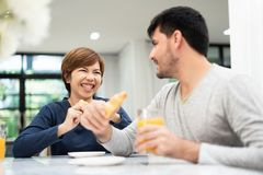 Lyckliga unga par som tycker om frukosten royaltyfri foto