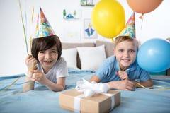 Lyckliga unga pojkar med luftballonger arkivbilder