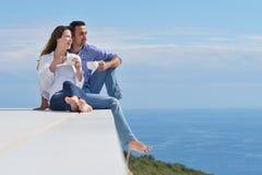 Lyckliga unga romantiska par har gyckel att koppla av Royaltyfri Foto