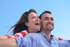 Lyckliga unga romantiska par har gyckel att koppla av Royaltyfria Bilder