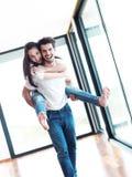 Lyckliga unga romantiska par har gyckel och kopplar av hemma inomhus arkivfoton