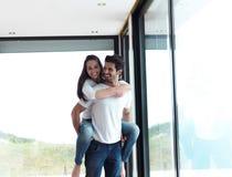 Lyckliga unga romantiska par har gyckel och kopplar av hemma inomhus royaltyfri foto