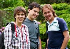 lyckliga unga ståendedeltagare Arkivfoto