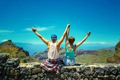 Lyckliga unga stilfulla härliga par i hipsterkläder Royaltyfria Bilder
