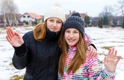 Lyckliga unga systrar Arkivfoto