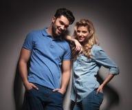 Lyckliga unga tillfälliga par som tillsammans skrattar Royaltyfria Bilder