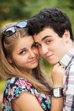 Lyckliga unga tonårs- par för stående arkivfoto