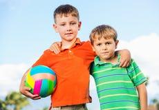 Lyckliga unga ungar Fotografering för Bildbyråer