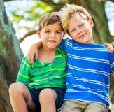 Lyckliga unga ungar Arkivbilder